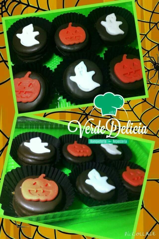 Alfajores rellenos con manjar y frambuesas, bañados en chocolate y decorados con figuras de azúcar especialmente para halloween....