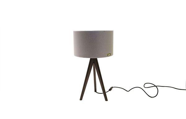 Lusito Di'sign Stolní lampa Lusito Tripod mini Tato elegantní stolní lampa je sourozencem stojací lampy Lusito Tripod. Ve vašem pokoji vytvoří dokonalou intimní atmosféru. Lampa má kovovou leštěnou objímku a její elektrický kabel je krásně schovaný. Podnož je z masivu (dub či ořech) doplňuje stínidlo, které je vyrobené z chinetu. Můžete si dokonce vybrat různé úpravy dřeva nebo odstín stínidla. Základní barevná provedení máme skladem.