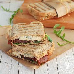 Un original y gustoso sándwich de queso azul, membrillo y rúcula. | 16 Deliciosas recetas de sándwiches tan fáciles que no te lo vas a creer