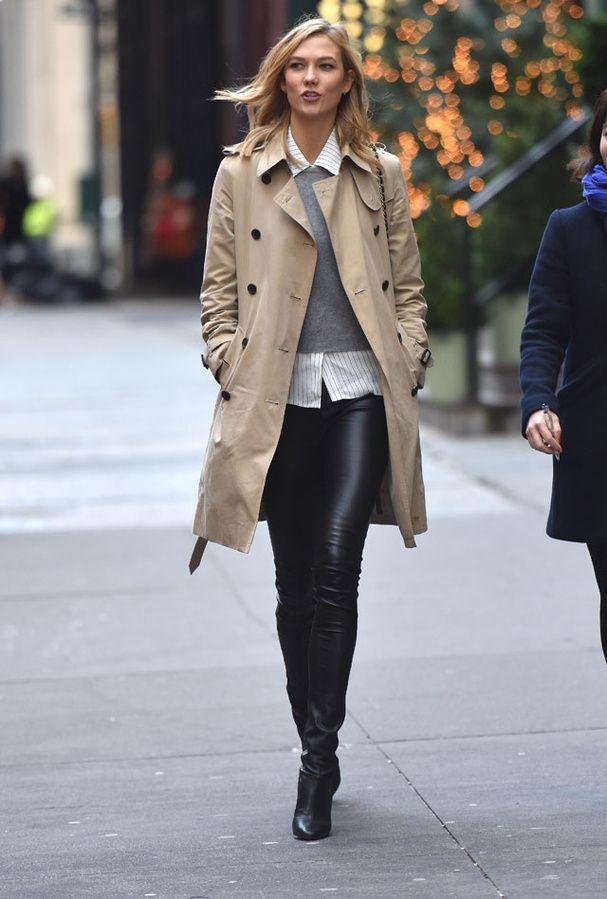 Look classique pour Karlie Kloss à New York : trench beige, chemisier surmonté d'un pull gris et pantalon en cuir.