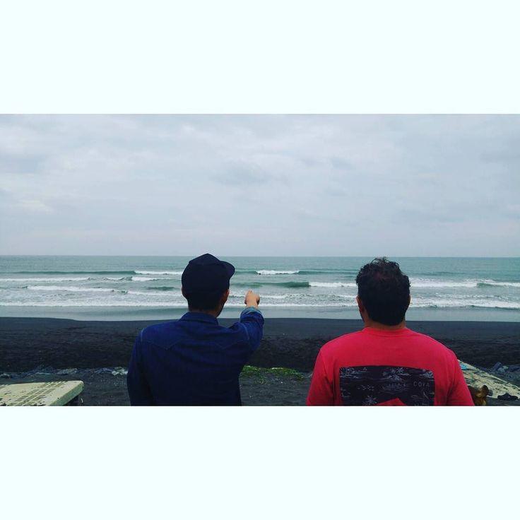#joshhall and #yusukehanai are checkeing wave. 久々の日本の海は味噌汁飲むように嬉しい by taishinobukuni