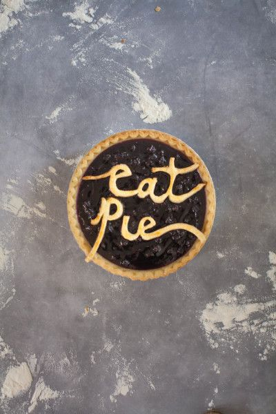 Eat pie script: http://www.stylemepretty.com/living/2016/11/08/get-inspired-to-craft-a-knockout-thanksgiving-dessert-buffet/