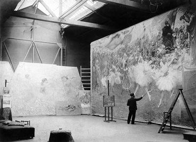"""Em 1913, Visconti receberia nova encomenda da Prefeitura do Rio, desta vez para decorar o foyer do Municipal: um grande painel central representando """"A Música"""" e dois laterais simbolizando a inspiração musical (""""A Arte Lírica"""") e a inspiração poética ("""" O Drama"""" ). A imensa obra de Eliseu Visconti no Teatro ocupa uma área de 640 m2."""
