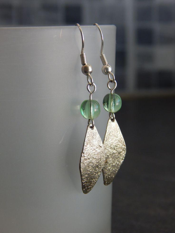 """Boucles d'oreille """"Lozana"""" argentées et perle vert pomme : Boucles d'oreille par bijou-lie"""