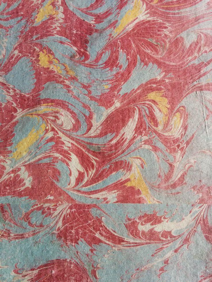 Marmoreret bogbind i turkis, rød, hvid og gul