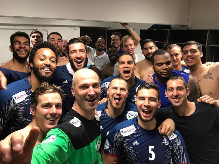 Dernier selfie d équipe avec nos 2 legendes @thierryomeyer @dnarcisse @les_experts_officiel_ffhb #titi #toumoute #BleuEtFier