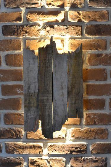 Wandlampe im Garten aus alten Holzbrettern #Gartenidee