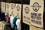 """A Cidade do Cabo, na África do Sul, recebeu uma inspiradora ação da organização The Street Store.Foi instalada uma """"loja"""" pop up ao ar livre, nas calçadas da cidade, para que moradores de rua pudessem escolher roupas disponíveis para doação. [...]"""