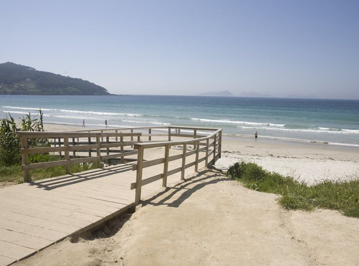 La playa de Patos es una playa situada en la localidad pontevedresa de Nigrán (Galicia, España). Es una de las mejores playas de Galicia para la práctica del surf, se encuentra muy cerca de la Playa de Panjón y Playa América, entre las cuales se encuentra un monte conocido como Monteferro, en cuya cúspide se encuentra el Monumento a la Marina Universal.