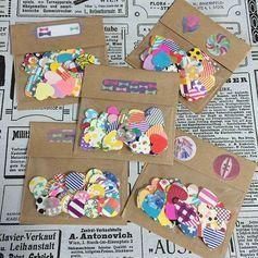 紙を型抜きできる文房具、穴開けパンチ。バインダーやファイルに収めるための丸い型が主流ですが、花や星など、おしゃれな形に切り抜きできるクラフトパンチが流行中!しかもダイソーやセリアなどの100均で売っているとのことで、クラフトパンチを応用したDIYが大人気!マスキングテープや海苔といった素材の切り抜きに使われることも…。みんなのクラフトパンチ活用方法をご紹介します♪ この記事の目次 100均のクラフトパンチはかなりオシャレ! 活用法①:紙のコーナーをフリルのように加工 活用法②:カードづくりにチャレンジ! 活用法③:マスキングテープでシールづくり! 活用法④:ラッピングのタグづくり 活用法⑤:おもちゃ切手を作る 活用法⑥:デコパージュ素材にする 活用法⑦:ネイルの素材作り 活用法⑧:海苔をパンチ! いかがでしたか? 100均のクラフトパンチはかなりオシャレ! こちらは100円ショップ、ダイソーのクラフトパンチ。 お花や星の穴が大きく開けられて、紙を可愛く加工できます! 普通に穴を開ける以外にも、いろいろな使い方ができるんです。活用法①:紙のコーナーをフリルのように加工…