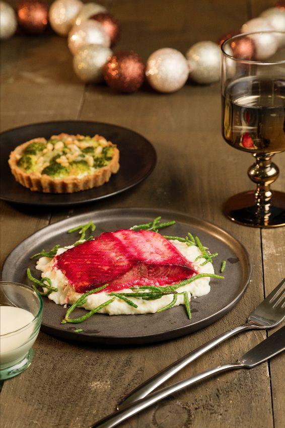 Zalm in bietensap met een quinoataartje. Recept uit de Lekker Weten feesteditie 2015. Zelf maken? Ga naar https://www.ekoplaza.nl/recepten/zalm-in-bietensap-met-een-quinoataartje.html