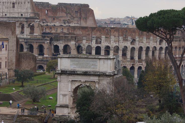 Odbywały się w nim m.in. walki gladiatorów, naumachie, polowania na dzikie zwierzęta. Tradycja mówi iż w Koloseum mordowano chrześcijan, co upamiętniono krzyżem wewnątrz budowli. Od połowy XVIII wieku Koloseum jest otoczone opieką jako miejsce męczeństwa pierwszych chrześcijan, wcześniej pozyskiwano z niego bloki kamienne jako materiał budowlany. Nazwa Koloseum została nadana we wczesnym średniowieczu od znajdującego się w pobliżu budowli ogromnego