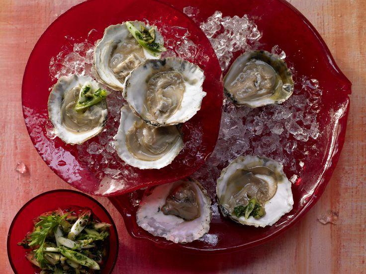 Austern mit Petersilien-Salsa-Verde - smarter - in der Schale serviert - smarter - Kalorien: 194 Kcal - Zeit: 30 Min. | eatsmarter.de