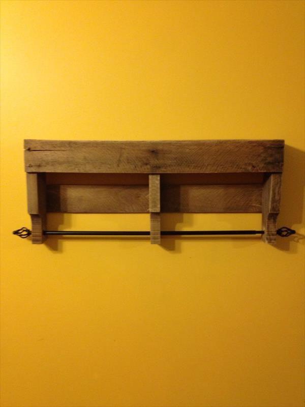 Rustic Pallet Bathroom Shelf And Towel Rack Pallet Furniture Diy Projetos Pinterest