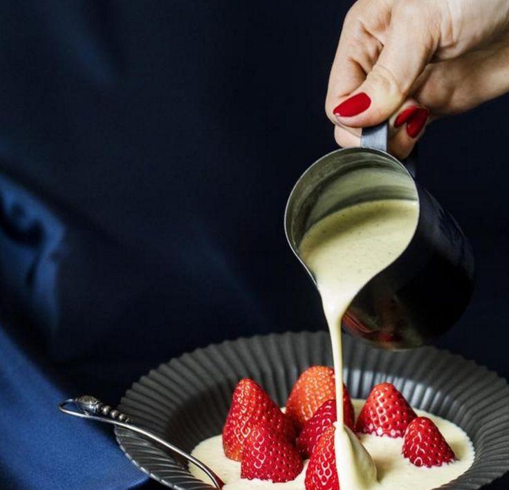 Crème anglaise er for det søde køkken, hvad mayonnaise er for det salte – en fabelagtig forener og legesyg kammerat. ca. 5 dl / 4 personer  1 1/2 dl piskefløde  2 dl sødmælk  80 g sukker  1 stang vanilje  4 æggeblommer  500 g jordbær  1. Hæld fløde, mælk og et par spiseskefulde af sukkeret i en tykbundet gryde sammen med udskrabet vaniljestang og vaniljekorn, og varm det op ved svag varme til lige under kogepunktet. Tag gryden af varmen, og lad vanilje og mælkefløde trække under låg i 15…