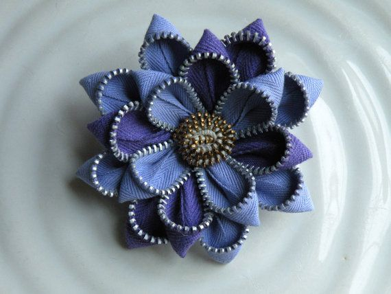 It's a zipper flower pin or hairclip, love this idea.: Zipper Flowers, Zippers Cerniere, Zipper Brooches, Jewelry, Flowers Zipper, Diy Zipper Craft, Z Zippers
