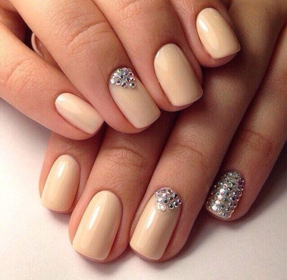 Свадебный одноцветный объемный маникюр с рисунком и со стразами на средние ногти; бежевый лак; 3D дизайн ногтей; wedding monochrome nails with rhinestones; wedding manicure; beige nail polish; manicure with a pattern; middle nails; wedding nails design; 3D design nails