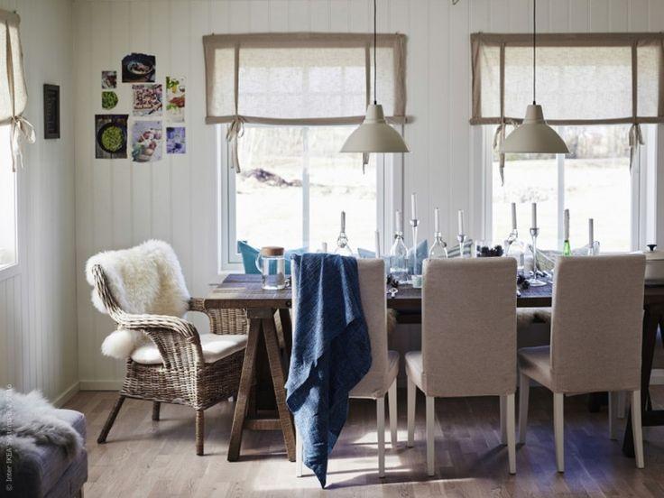 Mjuka sittplatser och naturliga detaljer skapar en avslappnad och ombonad känsla runt bordet där hela familjen får plats. BYHOLMA / MARIEBERG fåtölj grå, Laila natur, LUDDE fårskinn, HENRIKSDAL stol.