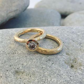 Raw Power i återvunnet guld med 0,51 ct etiskt utvunnen diamant #fairmineddiamonds #ekoguldsmed #ekoguld #ekobröllop #guldsmed #vigselring #förlovningsring #etiskaädelstenar #ateljejohannae #öland