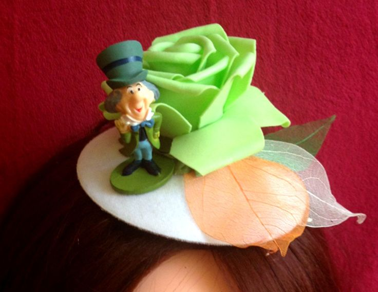 Very nice hat with green rose and a figure of the Mad Hatter from Alice in Wonderland. A hat fit for St. Patrick's Day and for any suit related to Ireland. #Minihat #veil #Carnival #Halloween #Christmas #ValentineDay #NewYear #costumeparty #minihats #Alice #AliceintheWonderland #MadHatter