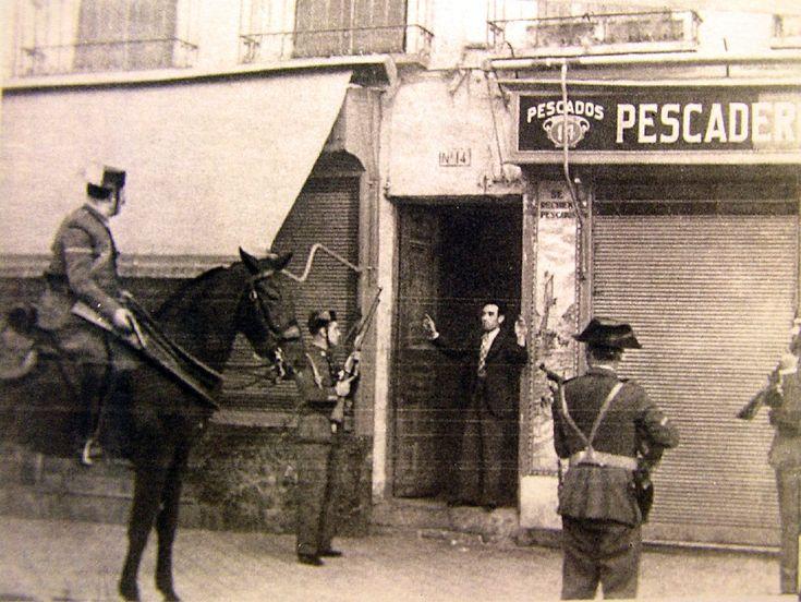 Guardia Civil encañonando a un ciudadano al lado de una pescadería de Tetuán (1945) - Portal Fuenterrebollo
