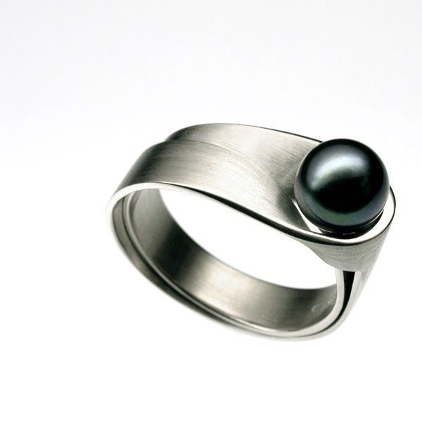 Elegant silver ring with a black pearl!...