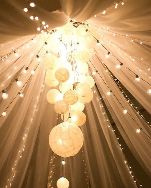 Lampionnen in een tros gebonden in de nok van de tent. Mooi met allemaal lichtjes er om heen en super sfeervol.  Paper lanterns in the tip of the tent.  #lampion #styling #trouwen #wedding #decoration #feest #huwelijk #marriage #weddinginspiration #weddingplanner #lanterne #romantic #bride #eventplanner  Bruiloftsversiering Lampionnen #paperlanterns #wedding decor #Bruiloftstyling #Weddingdecor #decoration de mariage #pom pom