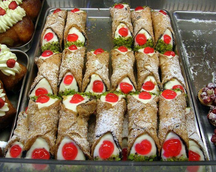Die Cannoli Siciliana gehören zu den beliebtesten italienischen Süßspeisen. Das gefüllte Gebäck aus Sizilien wird mit diesem Rezept auch hierzulande gerne zubereitet.