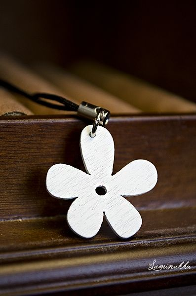 Mimosa, kännykkä- ja/tai laukkukoru Puinen valkoinen kukka  Mimosa, mobile phone and handbag charm Cute white flower made from wood