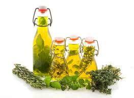 Kräuteröl selber machen Rezept für selbstgemachtes Kräuteröl aus frisch getrockneten Kräutern