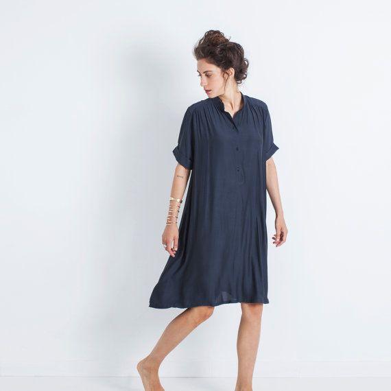 Een marine blauwe korte mouwen jurk geschikt voor elke gelegenheid. Losse en lichtgewicht, deze tuniek top gordijnen prachtig en heeft een vleiende knie-lengte. Het is sexy, boho chique en elegante alles in één!  ♥︎Layou Design is ontworpen met elke vrouw in gedachten! Wij gebruiken alleen de beste kwaliteit natuurlijke materialen en aandacht besteden aan elk klein detail. Layou focust op minimalistische ontwerpen en losse, vleiende snijdt die passen bij alle lichaamsvormen en maten…