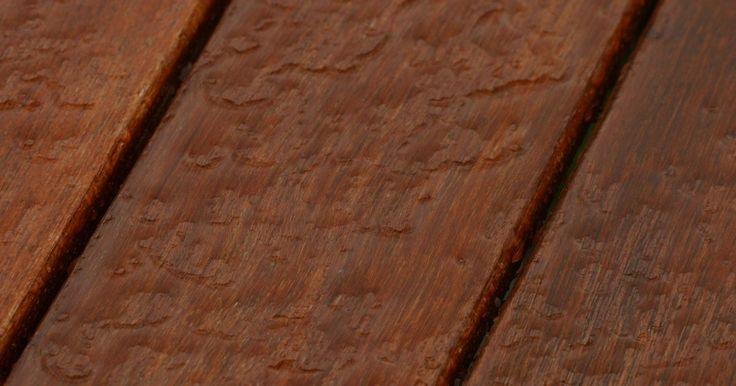 Cómo hacer la madera resistente al agua (sin pintar). Si estás trabajando en un proyecto de madera que se utilizará ante todo al aire libre como un mirador, una sillas de cedro, unos plantadores de madera para el jardín, unos bancos para jardín o la cubierta y quieres mantener el acabado natural de la madera, necesitas hacerla resistente al agua y sellarla. Puede tomar una pequeña cantidad de tiempo ...
