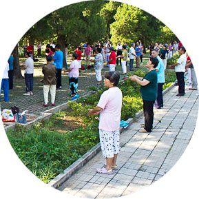 Каждое утро миллионы людей по всему Китаю заполняют скверы и парки и выполняют упражнения самомассажа