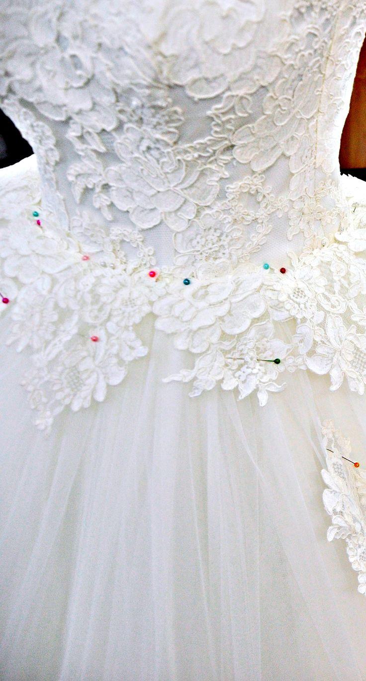 Fiecare rochie de la Andree Salon are o atingere fină a dantelei frantuzeşti, broderiile minuţioase şi unice, extravaganţa unei trene ample, alese ca simbol al unei epoci apuse şi totuşi atât de actual. Pentru programări, accesați site-ul nostru: www.andreesalon.ro