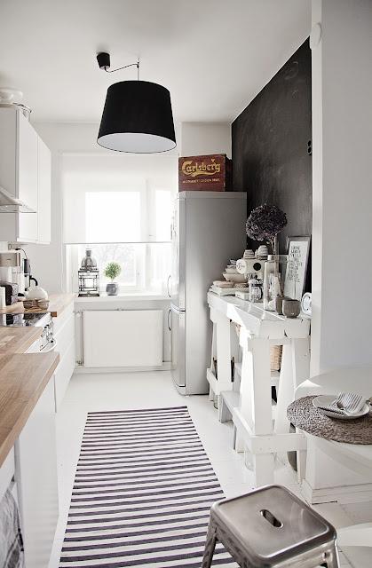 Wit en hout, op de vloer een loper die de lengte van de keuken benadrukt én sfeer brengt.