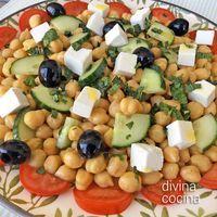 Esta receta de ensalada de garbanzos estilo griego es fresca y mediterránea. Se sirve bien fría, y puedes acompañar con una salsa de yogur para refrescar.