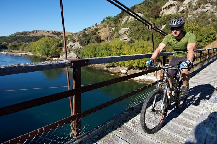 The stunning Horseshoe Bend bridge over the Clutha Mata-au River - truly spectacular.