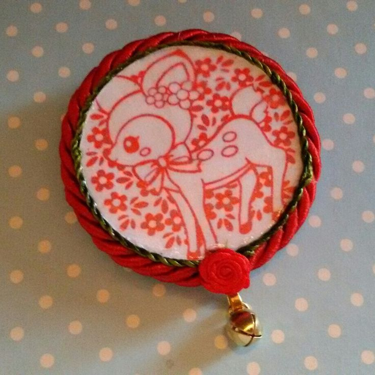 È Natale! Bellissima spilla realizzata a mano con dolce cerbiatto, tessuto e campanellino dorato in stile kawaii