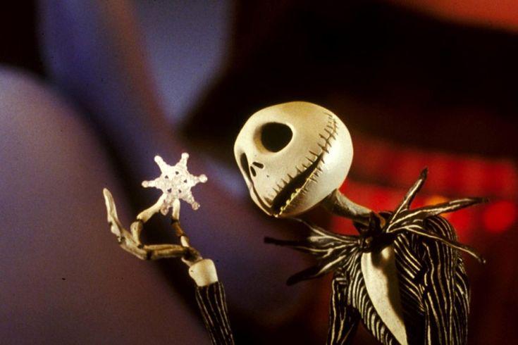 Któregoś roku, 6 grudnia zamiast świętego Mikołaja odwiedził mnie Jack Skellington. Przyniósł zesobą iście burtonowe prezenty – koszulkę zEdwardem Nożycorękim, kolczyki zGnijącą Panną Młodą… Ibyły tojedne znajmilszych Mikołajek, jakie pamiętam. Dlaczego bywięc Mikołaja nastałe nie zastąpić Jackiem? Ano dlatego zapewne, żeJack raz już próbował organizować Święta inie jestem wcale pewna, czy byłby skłonny się tego …