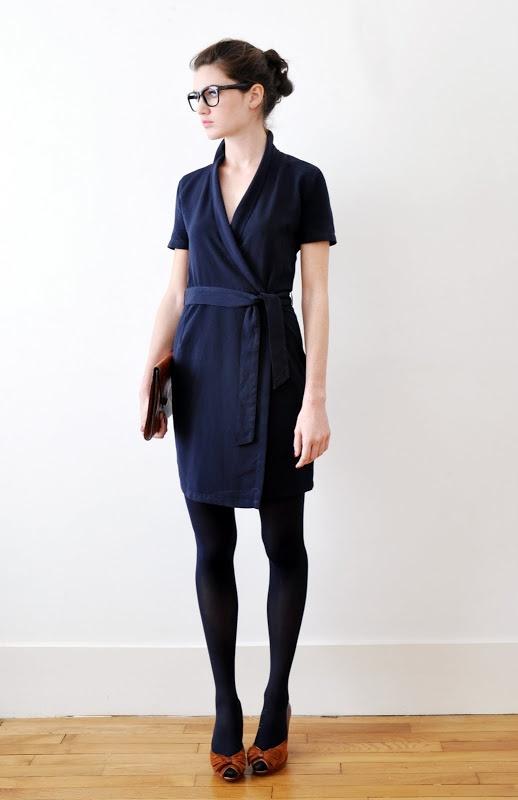 blauwe jurk tot de knie / overslag / zwarte legging / rode pumps