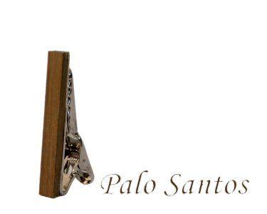 Palo Santos  Deze stijlvolle houten dasspeld is er zeker om indruk te maken. Elk speld is handgemaakt uit het (rest)hout van de van de fraaie houtsoorten. Laat zien dat u smaak heeft voor zowel vakmanschap als de schoonheid van de natuur. Alle spelden zijn met de hand gepolijst waardoor het warme en mooie hout goed tot zijn recht komt.