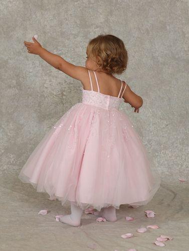 Bruidsmeisje:Kleine ballerina, met haar prachtige jurk. Rijk versierd met glitters. Trouwen, bruiloft. bruidskinderen.  bruidskindermode.nl