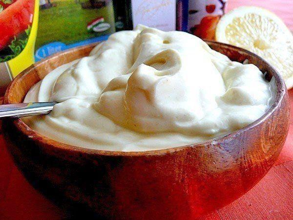 Домашний майонез без яиц за 5 минут    Ингредиенты:    Молоко - 150 мл  Раст. масло - 300 мл  Горчица - 1 ст.л.  Лимонный сок - 2-3 ст.л.  Соль - 1 ч.л. (или по вкусу)    Приготовление:    1. Молоко и масло должны быть одинаковой комнатной температуры! Налить молоко и масло в стакан для взбивания.  2. Взбивать блендером в течении 1 минуты (на самой высокой скорости).Добавить соль, лимонный сок (можно уксус), горчицу и т. д. по вкусу, снова взбить.  3. Все! Вы получите 0,5 л вкусного…