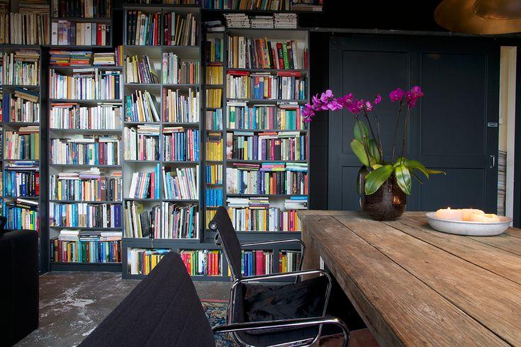Zwarte boekenkast. Kantoor en atelier in een lampenkappen fabriek - Makeithome.nl