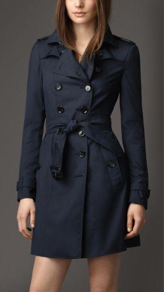 Een donkerblauwe winter/zomerjas, getailleerd.