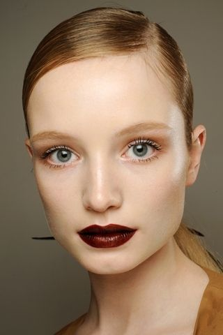 Another one of these light face dark lips looks.