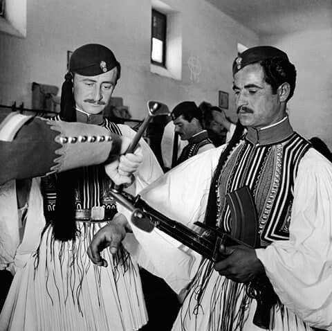 Evans-1947 .Ευζωνες της Ανακτορικης Φρουρας με οπλοπολυβολο