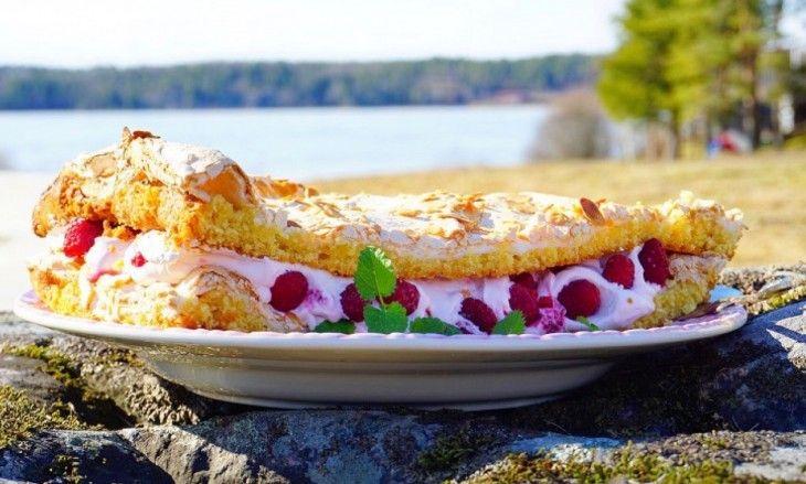 Svärmors underbara familjerecept på glömmingetårta. Man kan inte annat än älska denna ljuvliga tårta som har en mjuk kakbotten med krispigt marängtäcke