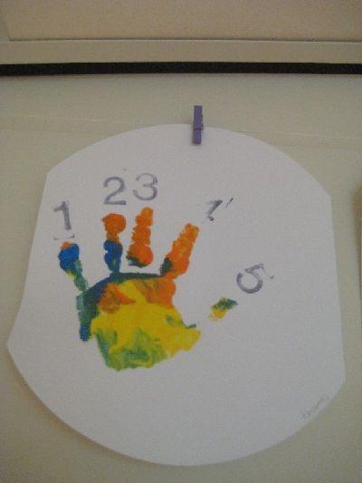Handje met verf en cijfers stempelen