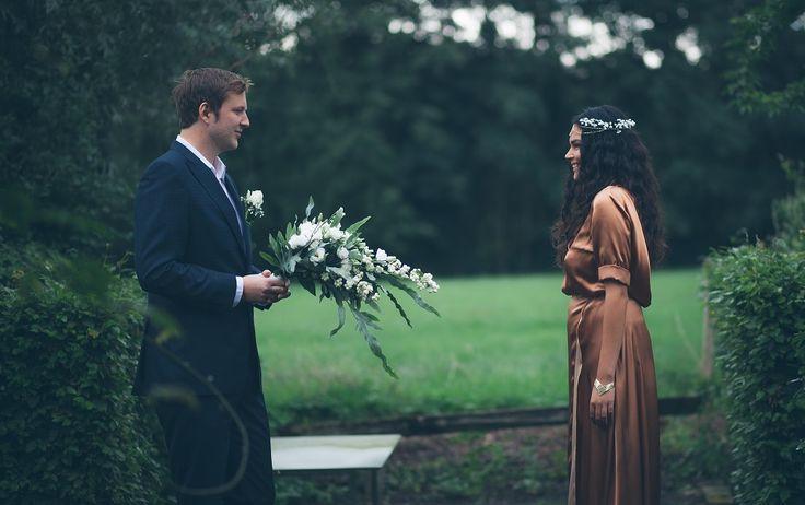 Het witte boeket steekt prachtig af van Carolina's koperen trouwjurk. //Foto: Lux Photography.